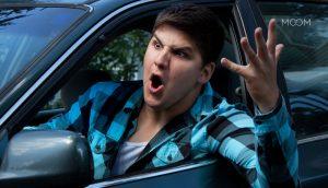 Homem bravo no trânsito